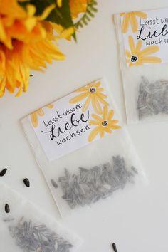 DIY: Sonnenblumen-Tüten als Gastgeschenk - we love handmade - DIY: Sonnenblumen-Tüten als Gastgeschenk. Perfekt für Hochzeiten, Partys und Co. Wedding Beauty, Diy Wedding, Wedding Favors, Party Favors, Wedding Day, Wedding Invitations Diy Handmade, Handmade Wedding Gifts, Trendy Wedding, Wedding Makeup