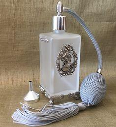 vaporisateur de parfum poire cristal de swarovski sur pied en verre givr vide et rechargeable. Black Bedroom Furniture Sets. Home Design Ideas