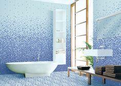 mosaïque salle de bain en nuances bleues et baignoire îlot