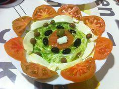 Flor de tomàquet raf, mozzarella de búfala, escarola i olives