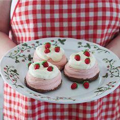 Jordbæreng: Kakefat 29cm fra Porsgrund Porselen - Hyttefeber.no Cheesecake, Desserts, Food, Products, Tailgate Desserts, Deserts, Cheesecakes, Essen, Postres