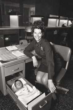 Una oficial de policía de Los Ángeles se ocupa de un bebé abandonado instalándolo en el cajón de su escritorio. [1971]