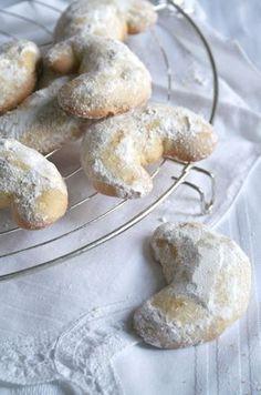 Oι πιο δοκιμασμένες συνταγές για τα τοπ γλυκά των γιορτών. Από την Ελένη Ψυχούλη | ΓΕΥΣΗ | LiFO Greek Sweets, Greek Desserts, Desserts Menu, Greek Recipes, Dessert Recipes, Xmas Food, Christmas Sweets, Biscuit Cookies, Cake Cookies