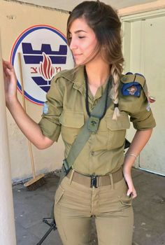 Women Israel Defense ❤ Forces beautiful women have dedicated their lives to ❤ being of service for their countries. ARMY ❤ women with uniform. Idf Women, Military Women, Military Female, Israeli Female Soldiers, Israeli Girls, Amazing Women, Beautiful Women, Female Cop, Female Girl