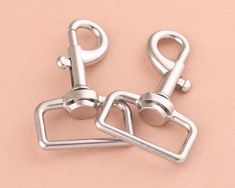 33mm silver Swivel Clasp claw,swivel hook,dog hook,alloy swivel clasps,Lobster Clasp Purse Clasps,strap Purse hook,Handbag Snap 6pcsQTY:6pcsSIZE:33mm*68mm Color:silverI can combine shipping on multiple purchases, combined shipping costs are based on actual weight. If you would like to get a quote for shipping multiple items or need more of this fabric, please convo me!Please contact us with any questions.