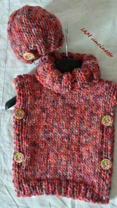 Poncho e berretto bimba in lana grossa ai ferri, con bottoni. Knitted wool pullover & hat for child. Handmade. Made in Italy