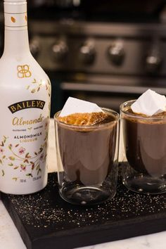 Almond milk hot chocolate spiked with Baileys Almande makes for a cozy, dairy-free winter drink topped off with marshmallow and fresh nutmeg for a finishing touch. Vegan Baileys, Baileys Drinks, Baileys Recipes, Hot Chocolate With Almond Milk, Spiked Hot Chocolate, Yummy Drinks, Top Drinks, Beverages, Almond Milk Recipes