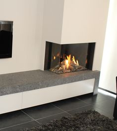 Hoek gashaard met een robuust werkblad Fireplace Tv Wall, Bedroom Fireplace, Fireplace Remodel, Modern Fireplace, Living Room With Fireplace, Fireplace Design, Living Tv, Home Living Room, Living Room Designs