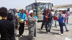 Nuevo naufragio en Lampedusa cuando se cumple un año Cuatro barcazas, en las que viajaban más de 400 inmigrantes, en su mayor parte procedentes de Somalia, además de etíopes y eritreos, han naufragado en el Mediterráneo, cuando se dirigían hacia las costas del sur de Italia. Medios árabes indican que habrían partido de Egipto. En otro naufragio ocurrido ayer en el Canal de Sicilia, la Guardia Costera recuperó seis cadáveres y salvó a 108 personas que viajaban apiñados en una lancha…