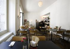 Small but select: Japanese noodles and desserts await you at the Ikoo in Zurich's Kreis 4 district. Japanese Noodle Dish, Japanese Soup, Restaurant, Staying Organized, Zurich, Wonderful Places, Ramen, Real Food Recipes, Table