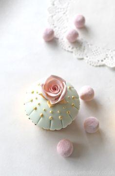 Gold Pearls & Pink Rose cupcake