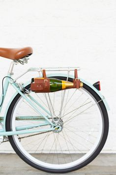 Looking for creative and unique DIY gift ideas for wine lovers? These gorgeous and creative DIY projects make the perfect wine lover gift. If you or your loved one is a wine lover you will certainly find the perfect wine lovers gifts in this collection. Gifts For Wine Lovers, Wine Gifts, Velo Vintage, Water Bottle Holders, Cheap Wine, Bottle Carrier, Bike Accessories, Retro, Cycling Bag