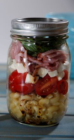 Craving a no-bake, travel-sized lunch? Bring this Barilla elbow pasta salad tossed with ham, cherry tomatoes and mozzarella with you in a mason jar. Via (Elbow Pasta Recipes) Mason Jar Lunch, Mason Jar Meals, Meals In A Jar, Mason Jar Diy, Mason Jar Recipes, Elbow Pasta, Pasta Salad Italian, Salad In A Jar, Cooking Recipes