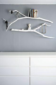 Branchages peints en blanc pour accrocher bijoux ou petits objets. Délicat et poétique.
