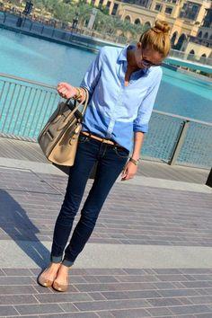 デニムシャツにデニムを合わせたスタイルです。小物はすべてベージュ系でまとめて、シンプルで大人な印象に。