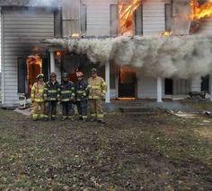 - Gente: Atenção, juntem-se todos aí para eu tirar uma foto e botar no meu facebook... pra mostrar que a minha casa pegou fogo hoje...