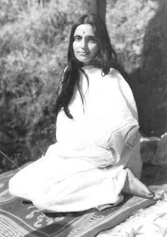 This devotional photo of Anandamayi Ma is suitable for wall, desk, or altar. Indian Saints, Saints Of India, Ayurveda, Mahavatar Babaji, Spiritual Photos, Yoga India, Advaita Vedanta, Bhakti Yoga, Vintage India
