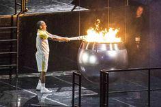 O Atleta Olímpico Vanderlei Cordeiro, merecidamente, após ter sido retirado sua grande medalha, acende o Grande Símbolo - A chama da Pira Olímpica, e que no Rio 2016 foi espetacular, unindo a pira do fogo ao nosso Grandioso Sol Central.
