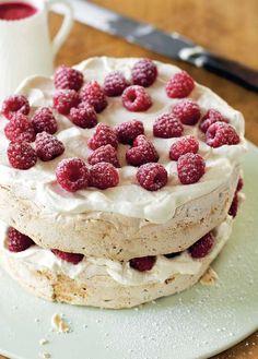 13 feb mary berry& hazelnut meringue cake recipe is a perfec Meringue Desserts, Meringue Cake, Meringue Food, Meringue Pavlova, Italian Meringue, Mini Tortillas, Pavlova Recipe, Pavlova Cake, Cake Recipes