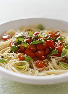 Nudeln mit Tomaten und kleinen eingelegten Kapern |  http://eatsmarter.de/rezepte/nudeln-mit-tomaten-2