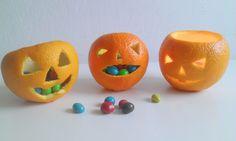 <p>Pomysł na halloweenowe dekoracje z owoców pomarańczy. To również ciekawy sposób na zastąpienie popularnej dyni czymś innym. Naszą dekorację na Halloween postaw na stole lub parapecie. Świetnie sprawdzą się jako świeczniki na tealighty lub miseczki na kolorowe cukierki.</p>