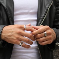Grunge Goth, Grunge Style, Men Wearing Rings, Hand With Ring, Hand Veins, How To Wear Rings, Hand Pictures, Accesorios Casual, Mode Outfits