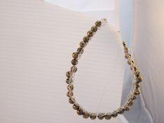 Braccialetto con perle ottonate e filo metallico