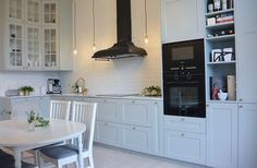 Sekelskiftestrean - Grått kök, mässing, Järfälla kök, Norrgavel, smeg, subway tiles, tapwell, sekelskifte, grey kitchen Open Plan Kitchen Living Room, Home Decor Kitchen, Kitchen Interior, New Kitchen, Kitchen Dining, Design Kitchen, Beautiful Kitchen Designs, Beautiful Kitchens, Kitchen Units