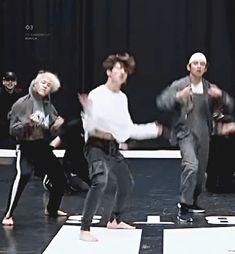 Maknae line, no hace falta matarme 😍😍😍 Jungkook Oppa, V Taehyung, Bts Bangtan Boy, Namjoon, Bts Dance Practice, Gif Dance, Bts Maknae Line, Jin, Bts Dancing