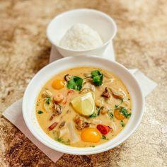"""Nika is cooking on Instagram: """"Ну что погнали?! ⠀ Тайский суп Том Ям! ⠀ Лемонграсс (я нашла сухой) щепотку Галанган (замена имбирь) 1 небольшой очищенный корень Морской…"""" Cheeseburger Chowder, Thai Red Curry, Soup, Ethnic Recipes, Soups"""