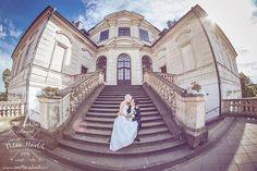 Netradiční záběry, možná až překvapující pohledy. Když to jenom trochu jde, snažím se udělat záběr trochu jinak než ostatní. Stejně tomu tak bylo i na svatbě Kristýny a Petra v Karlově Koruně. #svatba #wedding #svatebnifoto #weddingphoto #svatebnifotograf #weddingphotographer #zenich #nevesta #karlovakoruna #zamek #netradicnizaber #fisheye #8mm #mamsvojipracirad #fotiltomilan