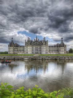 Chambord Castle ~ Loire Valley, France Domenica Da Cartona? Like a mediëval castle for display, noet for defense