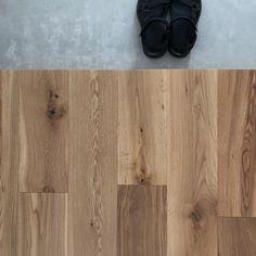「シンプルの中に上質さを」夫婦で拘り抜いたおうちづくり。_______n.t.kさんのご自宅を探索!(前編) | ムクリ[mukuri] Madrid, Image Sites, Hardwood Floors, Flooring, Web Images, Bamboo Cutting Board, Entrance, Interior, House