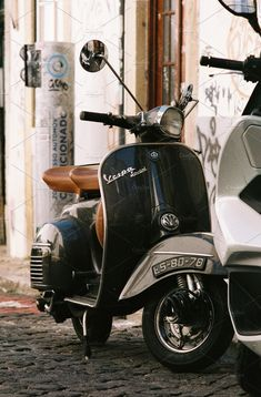 The Vespa is a line of scooters patented on April 1946 by the company Piaggio & Co, S. The name Vespa, which means wasp in Italian, was chosen by Enrico Piaggio. Vintage Vespa, Vespa Retro, Motos Vintage, Cars Vintage, Retro Scooter, Vintage Italy, Vespa 125, Vespa Gts 300, Piaggio Vespa