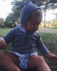 Un duendecillo se nos coló en el jardín 🌳🌸 Todo lo de eSta foto está disponible en la web #kidsstyle #kidsfashion #ropabebe #ropaniños #aravaca #coletasaravaca