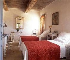 Les lits de la chambre d'amis sont recouverts de boutis anciens qui apportent une touche de couleur ; le mobilier léger et délicat confère à l'ensemble une sérénité et une douceur (Draps Linum)