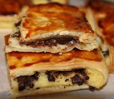 Pliés au chocolat maison recipe is in French Sweet Breakfast, Breakfast Time, Breakfast Recipes, Croissants, Easy Cooking, Cooking Recipes, Levain Bakery, Desserts With Biscuits, Homemade Sweets