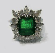 Anello in oro bianco con diamanti ct. 1,60 totali e smeraldo ct. 1,20. €1.500,00. Disponibile presso il negozio Easyoro di Como, Piazzetta Pinchetti 1. tel. 031261507.