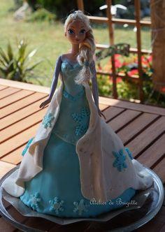 C'est l'anniversaire de ma petite puce Yaelle, et comme je suis sa Mamie Gateau, autant lui faire plaisir au max... Fan de la Reine des Neiges comme beaucoup de petites filles, je lui ai chipé sa poupée pour lui faire une belle Reine Mais au fait vous...
