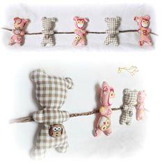 Guirlande de décoration chambre d'enfant . Oursons suspendus sur corde tressé raphia.Originale, unique. : Décoration pour enfants par kore-and-co