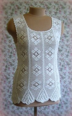See what a beautiful and elegant blouse crochet. Floral points with yarn. very lovely - Crochet patterns free Blouse Au Crochet, T-shirt Au Crochet, Blog Crochet, Pull Crochet, Crochet Tank Tops, Mode Crochet, Crochet Shirt, Crochet Woman, Crochet Cardigan