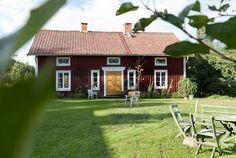 25 ÅR AV HUSRUSTNING: Franskt kakel kring den gamla emaljspisen och trägolv framtaget under många lager plastmattor. Det är några av detaljerna i Carolas vackra hus i Viken. [...]Huset som står här i dag uppfördes troligtvis kring 1850, men här har funnits ett boningshus ända sedan 1630-talet, uppfört för rustmästaren i Jönköpings regemente. Rustmästaren höll ordning och reda på kompaniets vapen och ammunition, i dag motsvarar det löjtnant. Hit kom Carola Almqvist för tjugofem år sedan. [...]När Swedish Cottage, Red Cottage, Swedish House, Scandinavian Garden, Red Houses, House In Nature, Cabins And Cottages, House Entrance, Beautiful Homes