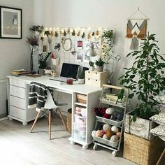 workspace design ideas decorated with comfortable and cool plants 27 My New Room, My Room, Diy Room Decor, Bedroom Decor, Home Decor, Bedroom Ideas, Cozy Studio Apartment, Studio Apartments, Home Studio Desk