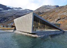 Zygzakowe alejki prowadzące do platformy widokowej położonej wysoko w Norweskich górach zaprojektowane przez Reiulf Ramstad Architects. Pochylony betonowy blok przy wejściu na brzegu rzeki zawiera …