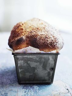 Att sätta en surdeg är mysigt höstpyssel. Vårt surdegsformbröd på dinkel är värd all väntan!