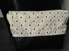 Tuto couture - Avenue N° 5 Mini Pochette, Purses, Diy, Voici, Library Bag, Purse, Couture Sac, Couture Facile, Bags