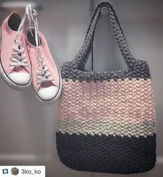 Кеды на голую ногу и объемная сумка тоте - определенно мой musthave этого лета в гардеробе ☀️ #3koko #пряжа3koko #назаказ #сумка #сумкаизтрикотажа #сумкаизтрикотажнойпряжи #изтрикотажнойпряжи #изтрикотажа #назаказ #crochet #crochettote #crochetbag #crochetlove #tshirtyarn #trapillo #trapilho #knitting #knittingbag #photo