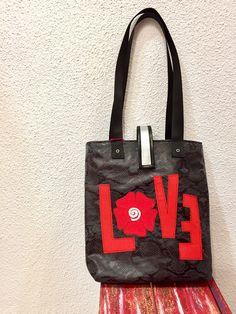 LOVE ❤️ Must get it! #sale #rebajas #moda #mujer #Fashionista #fashionblogger #cute #musthave #clothes #handmade #bag Un favorito personal de mi tienda de Etsy https://www.etsy.com/es/listing/505732743/handmade-leatherette-bag-handpainted