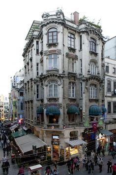 Ragıp Paşa Apartmanı | Mimarı: Aram ve İshak Karakaş Kardeşler | İstiklal Caddesi, İmam Adnan | Foto:Tuba Kılıç