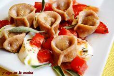 Ensalada tibia de capeletinis caseros con tomate, mozzarella y salvia